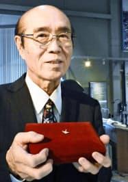佐々木禎子さんが生前に病床で作った折り鶴を手にする兄の雅弘さん(25日午後、福岡県筑前町)=共同