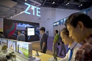 ZTEの業績は米国の制裁解除後も不振が続く(9月、北京の展示会場)=AP