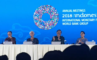 ASEAN経済に向けられる視線には期待と不安が交錯する。(インドネシア・バリ島でのIMF・世銀総会会見/撮影 小平龍四郎)