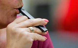 ジュール・ラブズ社の電子たばこを吸う女性。米国では電子たばこにも規制の波が広がっている=ロイター