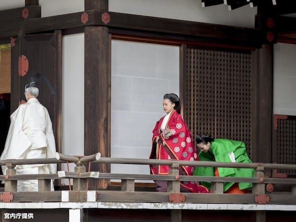 「賢所皇霊殿神殿に謁するの儀」に臨む高円宮家の三女、絢子さま(26日午前、皇居・宮中三殿)=宮内庁提供