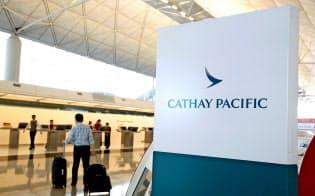 キャセイ・パシフィック航空のチェックインカウンター(香港空港)=ロイター