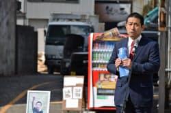 則竹敬太君の遺品の水筒を持ち、「ながらスマホ」の危険性を訴える父、崇智さん(26日午前、愛知県一宮市)