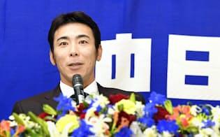 荒木さんは6日、記者会見で現役引退を表明した=共同