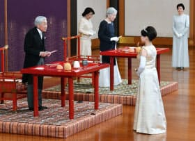 「朝見の儀」で、天皇、皇后両陛下から結婚の祝福を受けられる高円宮家の三女の絢子さま(26日午後、皇居・宮殿「松の間」)=代表撮影