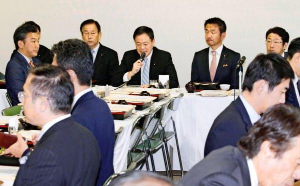 自民党法務部会であいさつする長谷川岳・部会長(奥中央、26日午後、東京・党本部)=共同