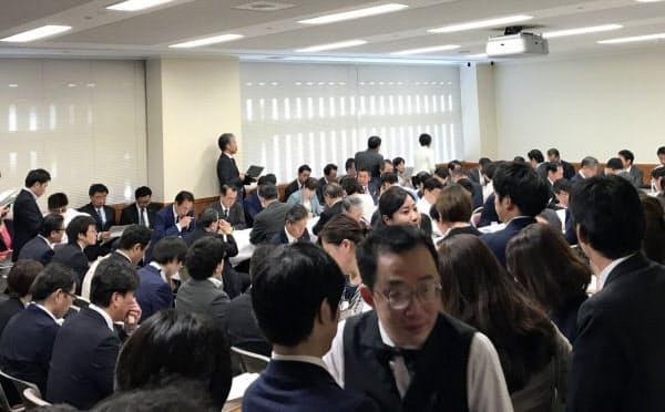 入管法改正案を議論する自民党法務部会(25日、党本部)
