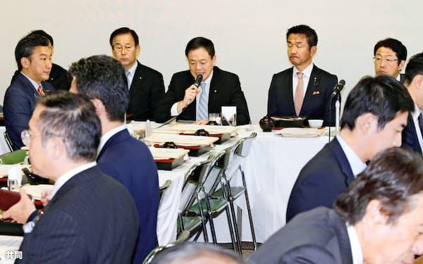 自民党法務部会であいさつする長谷川岳・部会長(奥中央)=26日午後、東京・永田町の党本部