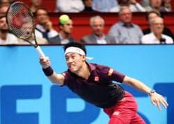 シングルス準々決勝でドミニク・ティエムと対戦する錦織圭(26日、ウィーン)=共同