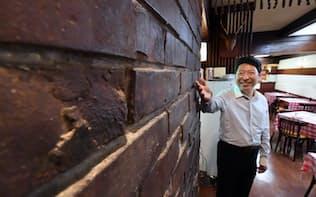 地下から掘り起こされた銀座煉瓦街のレンガを店内の壁に使った洋食店「煉瓦亭」(東京・中央)
