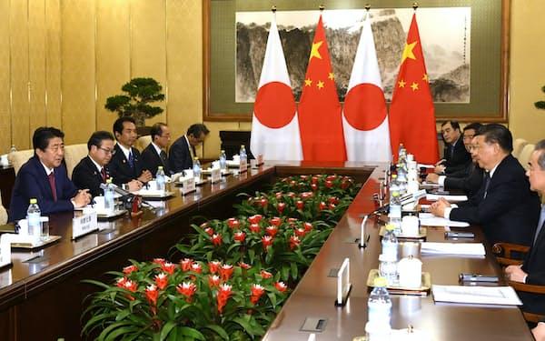会談する安倍首相と中国の習近平国家主席(26日午後、北京の釣魚台迎賓館)=浦田晃之介撮影