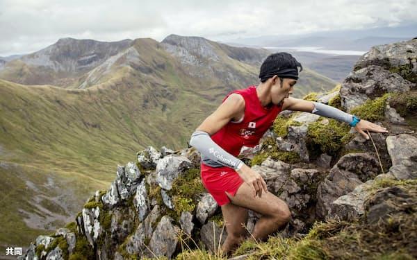 スカイランニング世界選手権で急斜面を駆け登る松本大さん(9月、英スコットランド)=藤巻翔さん提供・共同