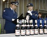 羽田空港に到着した「ボージョレ・ヌーボー」の初荷を調べる税関職員(27日午前)=共同