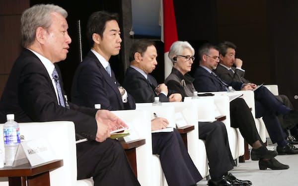 討論する田中明彦・政策研究大学院大学学長(左)ら(27日午前、東京都港区)