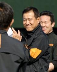 秋季練習で笑顔を見せる巨人に復帰した原監督(27日、川崎市のジャイアンツ球場)=共同