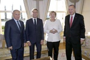 シリア情勢を巡る4カ国首脳会議に参加した(左から)ロシアのプーチン大統領、フランスのマクロン大統領、ドイツのメルケル首相、トルコのエルドアン大統領(27日、トルコ・イスタンブール)=アナトリア通信提供・共同