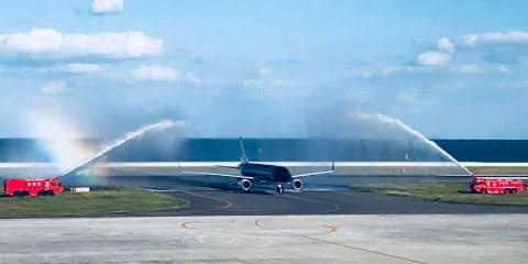 北九州空港に到着し、放水の歓迎を受けるスターフライヤーの台北線初便