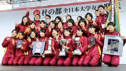 2年連続3度目の優勝を果たし、笑顔で記念撮影する名城大の選手ら(28日、仙台市)=共同