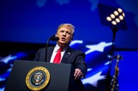 27日、農業団体の集会で演説するトランプ大統領(インディアナ州インディアナポリス)=ロイター