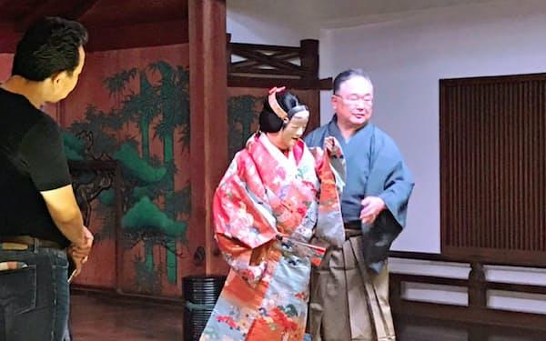 「泣いているように見えますね」と参加者に語りかける山本さん(右)