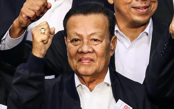 タイ貢献党の党首に選出され気勢を上げるウィロート氏(28日午後、バンコク)=小高顕撮影