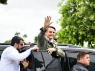 28日、投票を終え支持者に手を振るボルソナロ氏(リオデジャネイロ)