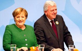 メルケル首相(左)にとってバイエルン州議会選に続く事実上の敗北となった=ロイター