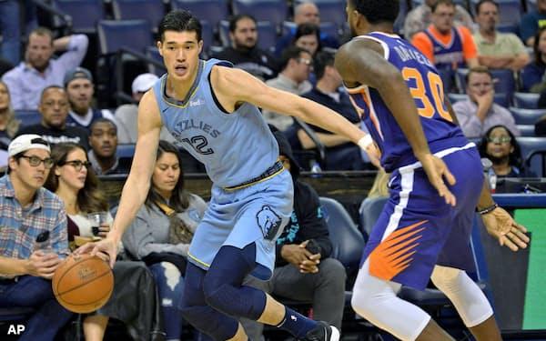 NBAの登録選手は510人。加盟チームの合議で希少性が保たれている(写真は試合出場を果たした渡辺雄太選手、10月27日)=AP