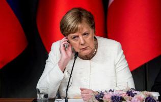 27日、トルコ・イスタンブールで記者会見するドイツのメルケル首相(タス=共同)