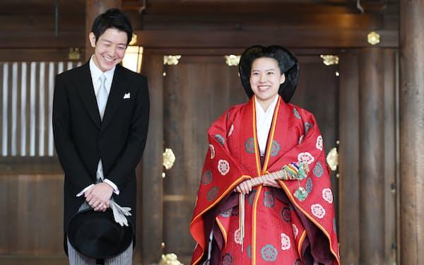 結婚式を終え笑顔で記者の質問に答える高円宮家の三女、絢子さまと守谷慧さん(29日午後、東京都渋谷区の明治神宮)