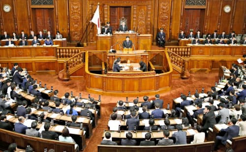 代表質問が始まった衆院本会議(29日午後)=共同