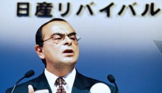 再生計画を発表する日産自動車のゴーンCOO(当時)=1999年10月