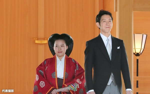 結婚式後、仮殿に参拝した高円宮家の三女絢子さまと守谷慧さん(29日午後、東京都渋谷区の明治神宮)=代表撮影