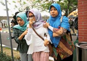 29日、ジャカルタ郊外のスカルノ・ハッタ空港に駆けつけた乗客の家族ら=ロイター