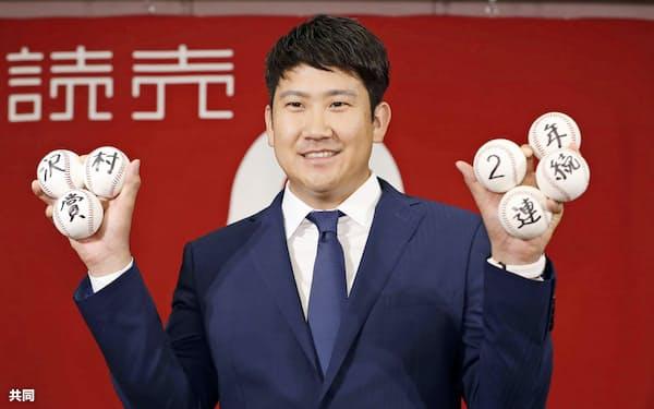 2年連続で沢村賞に選ばれ、写真撮影に応じる巨人・菅野(29日午後、東京都内のホテル)=共同