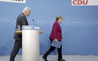 メルケル首相(右)は会見で「党首としての再選をめざさない」と語った=AP