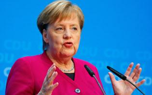 29日、ベルリンでの記者会見で、次期CDU党首選への不出馬を表明するドイツのメルケル首相=ロイター