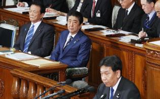 衆院本会議で立憲民主・枝野代表(手前)の質問を聞く安倍首相(29日午後)