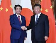 会談を前に握手する安倍首相と中国の習近平国家主席(10月26日、北京の釣魚台迎賓館)