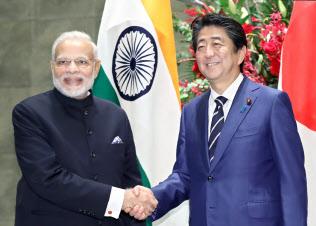 首相官邸でインドのモディ首相(左)を出迎える安倍首相(10月29日午後)