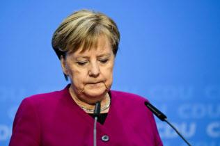 与党CDUの党首退任を表明するメルケル氏=AP