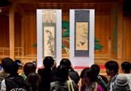 東京都内で発表された伊藤若冲の「梔子雄鶏図」(右)と長沢芦雪の「猿猴弄柿図」=共同