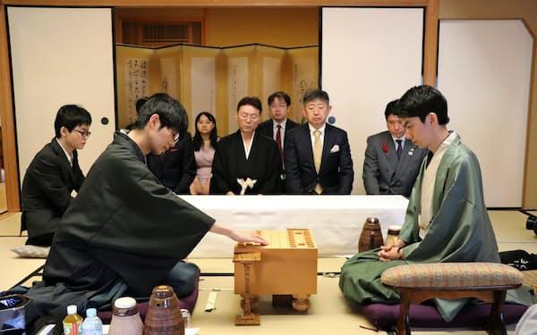 将棋王座戦第5局で初手を指す挑戦者の斎藤七段(左)。右は中村王座(30日午前、甲府市)