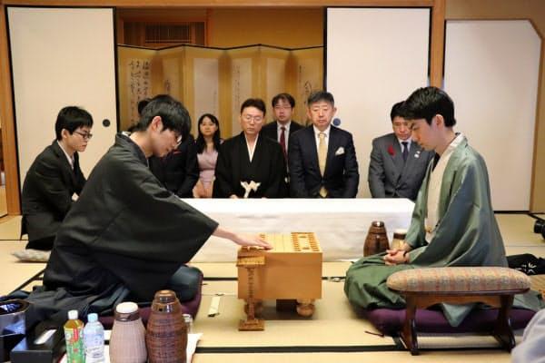 第66期将棋王座戦は挑戦者の斎藤七段(当時、左)が中村王座(同)からタイトルを奪取した(2018年10月、甲府市)