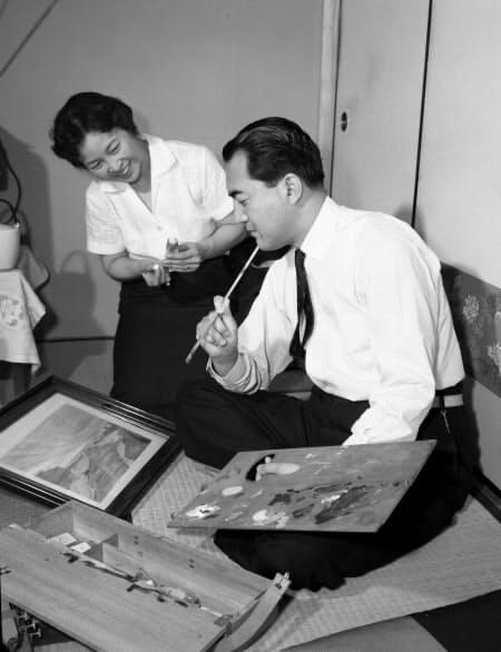 暇を見つけて自宅で絵筆を握る中曽根康弘・科学技術庁長官。奥は蔦子夫人(1959年6月)