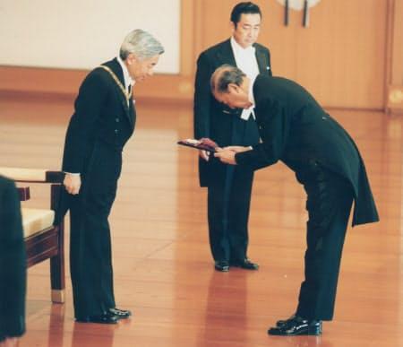 勲章親授式で天皇陛下から大勲位菊花大綬章を受ける中曽根康弘・元首相(1997年5月7日、宮殿・松の間)