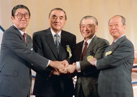 竹下新総裁(左から3人目)を決め握手する(左から)安倍、中曽根、宮沢の各氏(1987年10月、東京・日比谷公会堂)