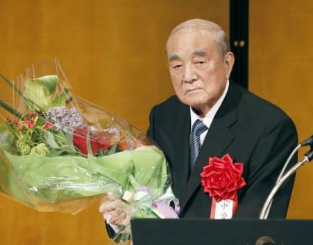自身の白寿を祝う会で花束を受け取る中曽根元首相(2017年5月15日、東京都内のホテル)