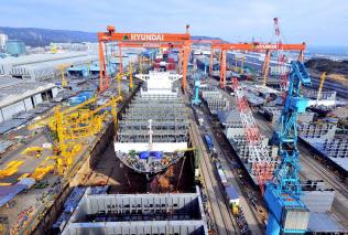 韓国メーカーは規模のメリットを生かした低価格戦略で高いシェアを誇る(現代重工業の蔚山造船所)