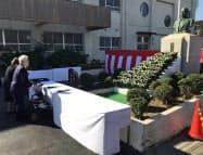 顕彰祭で献花する豊田章一郎名誉会長(30日、静岡県湖西市)